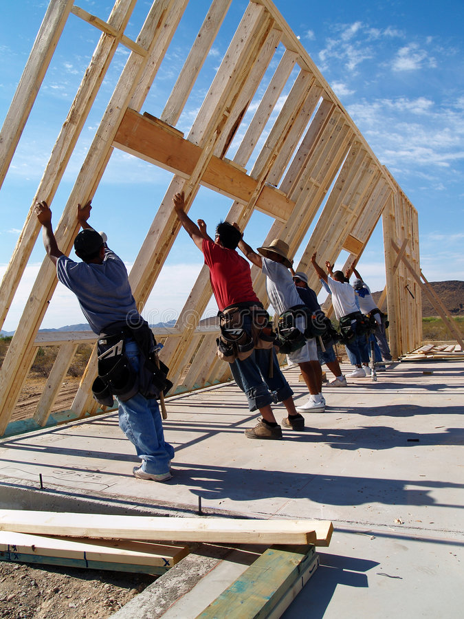 Ouvriers établissant une maison neuve - verticale images libres de droits