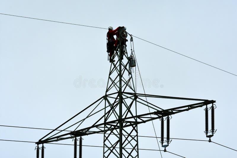 Ouvriers de ligne électrique image libre de droits