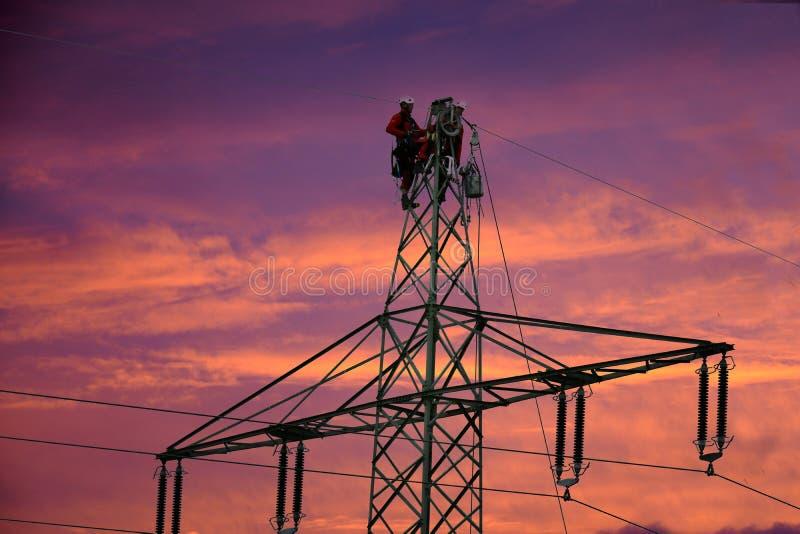 Ouvriers de ligne électrique photos stock
