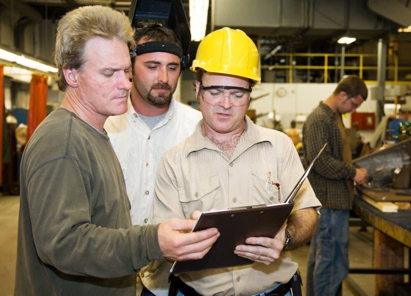 ouvriers internes d'usine d'audit photos libres de droits