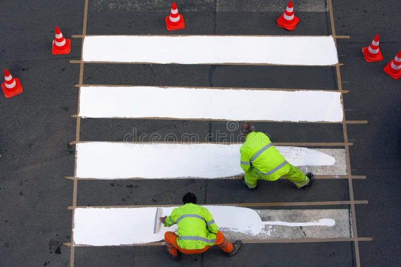 Ouvriers peignant le passage clouté photos libres de droits