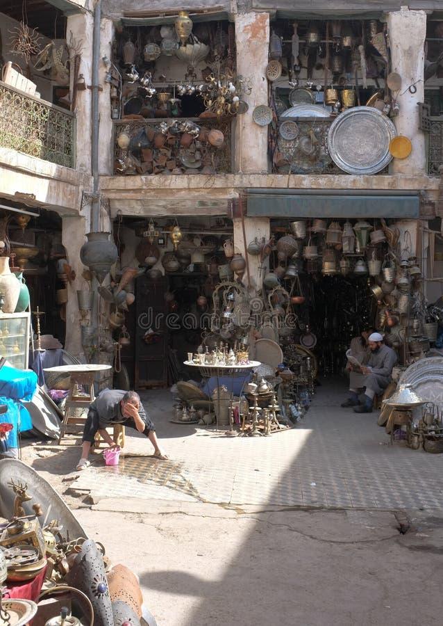 Ouvriers Souk en métal à Marrakech images libres de droits
