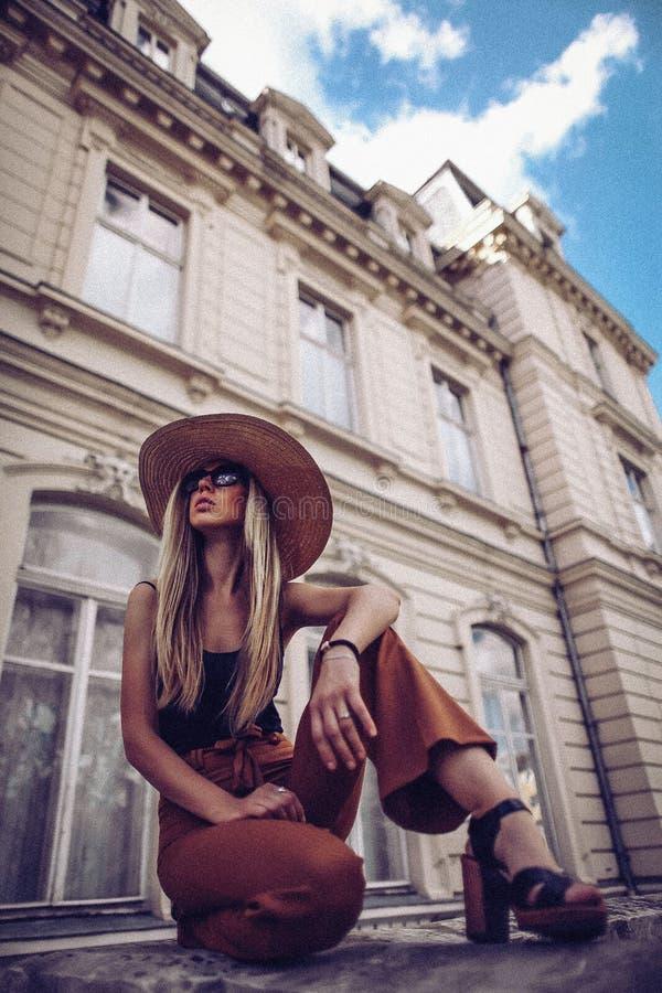 oväsen tappning för stil för illustrationlilja röd Kvinnastående i Lviv, Ukraina Lycklig can royaltyfri foto