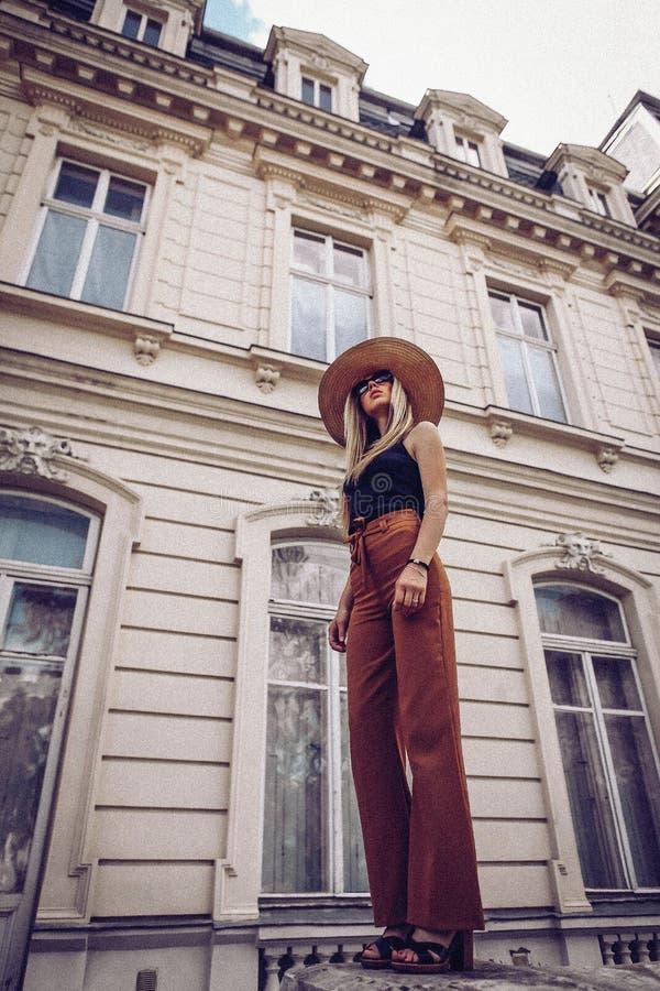 oväsen tappning för stil för illustrationlilja röd Kvinnastående i Lviv, Ukraina Lycklig can royaltyfria foton