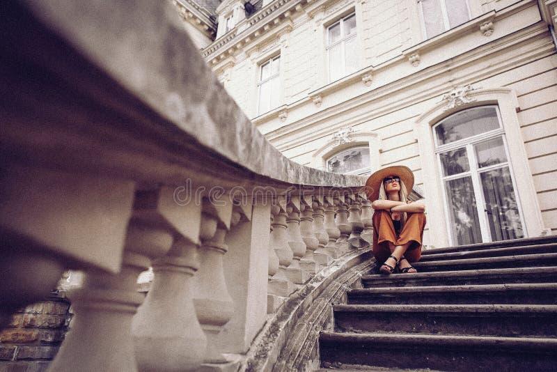 oväsen tappning för stil för illustrationlilja röd Kvinnastående i Lviv, Ukraina Lycklig can royaltyfria bilder