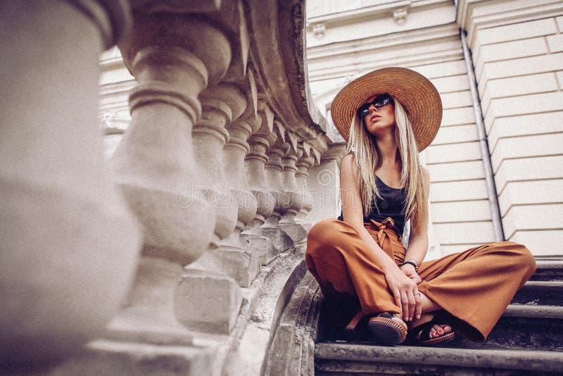 oväsen tappning för stil för illustrationlilja röd Kvinnastående i Lviv, Ukraina Lycklig can royaltyfri bild