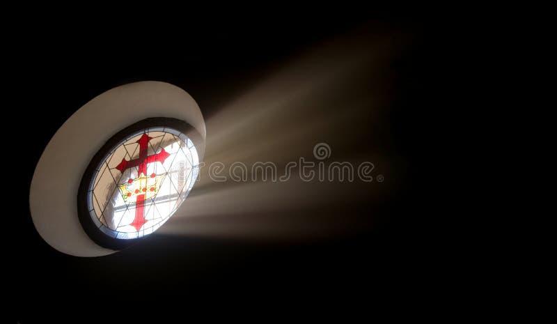 Ovaal gebrandschilderd glasvenster met het kruis van Santiago stock foto's