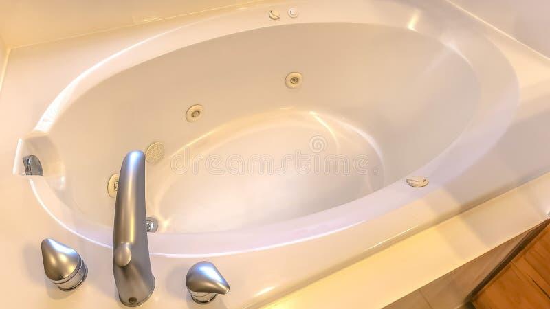 Ovale badkuip binnen van een moderne badkamers royalty-vrije stock afbeeldingen