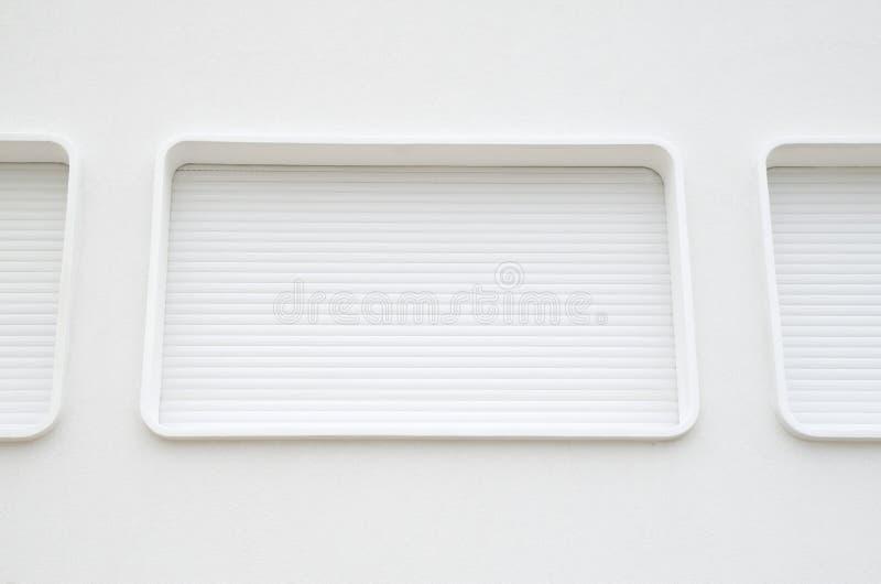 Ovale vensters met nieuwe witte externe zonneblinden stock foto's