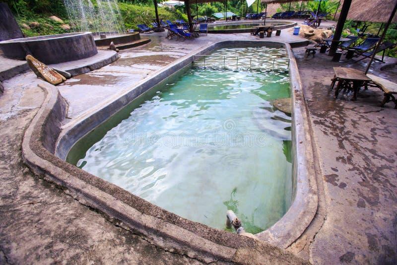 Ovale Warm waterpool met het Vouwen van Stoelen in Park Te baden stock foto