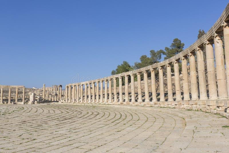 Ovalt plazaforum i fördärvar av den gamla staden av Jerash i Jorda royaltyfri bild