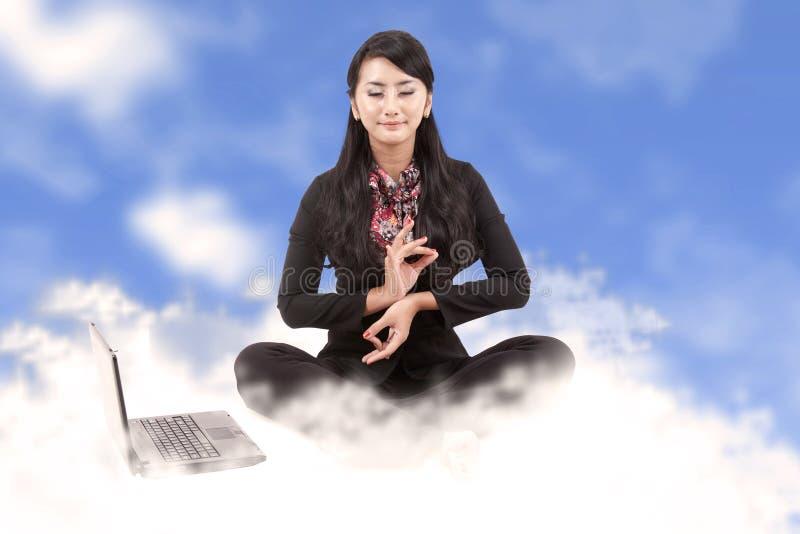 ovanför affärsoklarheter som mediterar kvinnan arkivbild