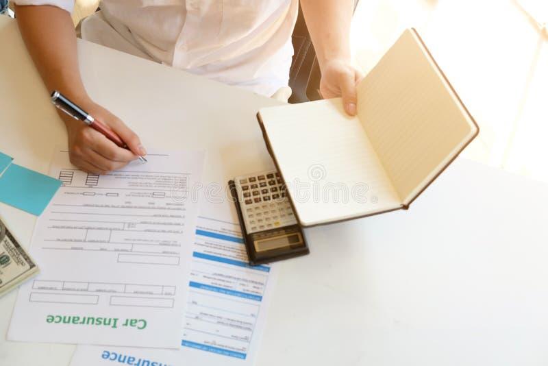 Ovanför bästa sikt kantjusterat skott av medelförsäkring som arbetar på tabellen arkivbilder