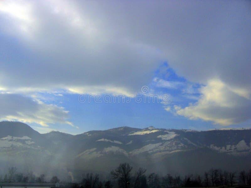 ovanför Bosnienbergskyen royaltyfri bild
