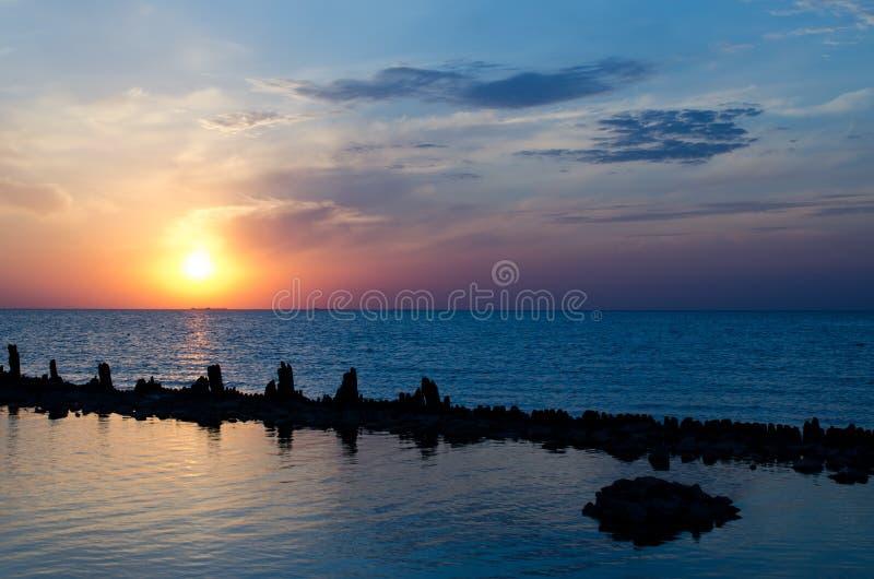 ovanför havssolnedgång arkivfoto