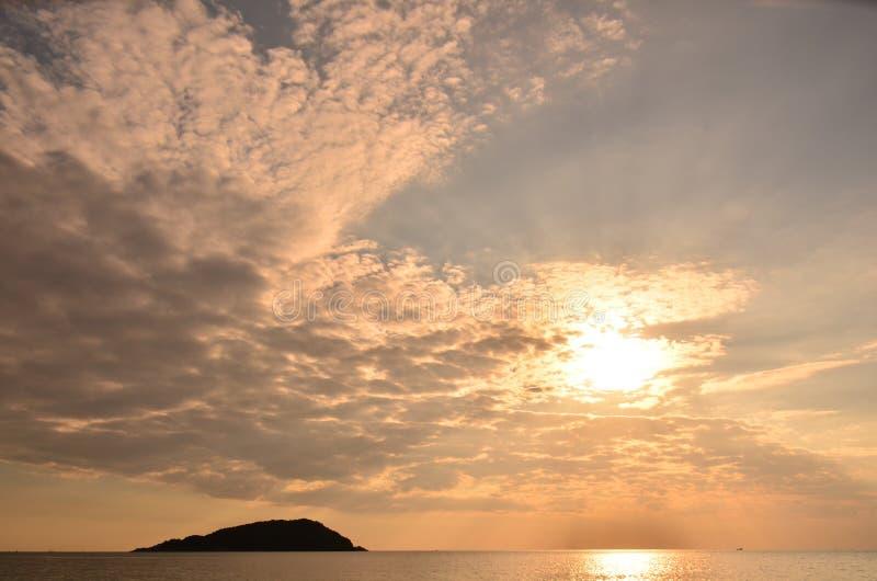 ovanför havssolnedgång Guld- solnedgång, hav och moln Härlig guld- orange solnedgång över havet arkivbilder