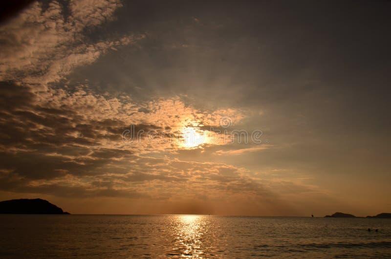 ovanför havssolnedgång Guld- solnedgång, hav och moln Härlig guld- orange solnedgång över havet royaltyfri fotografi