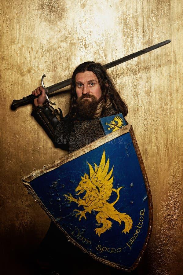 ovanför huvudet hans medeltida svärd för riddare royaltyfria foton