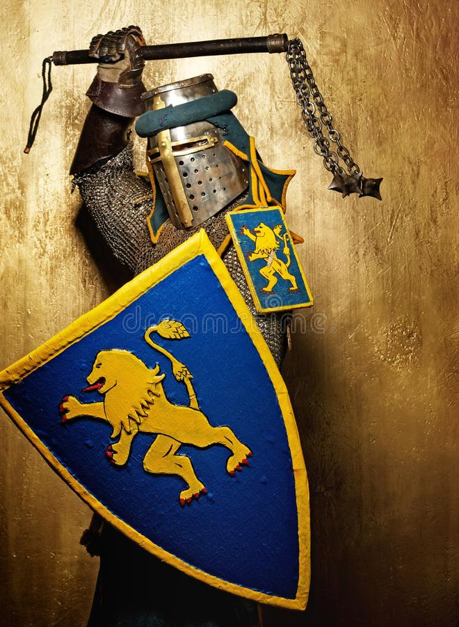 ovanför huvudet hans medeltida vapen för riddare royaltyfri bild