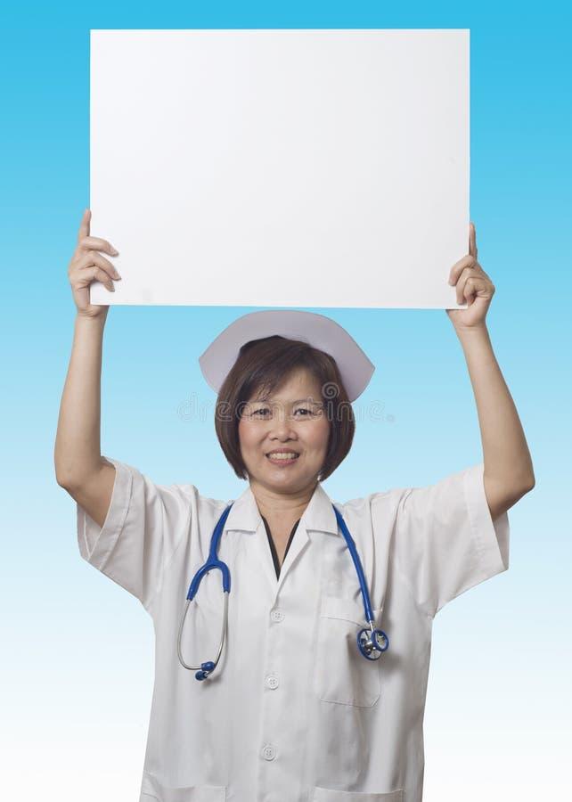 ovanför huvudet henne holdingsjuksköterskatecken arkivbild