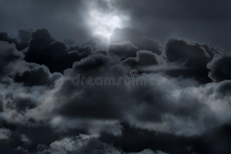 Ovanför molnen i en fullmånenatt royaltyfria foton