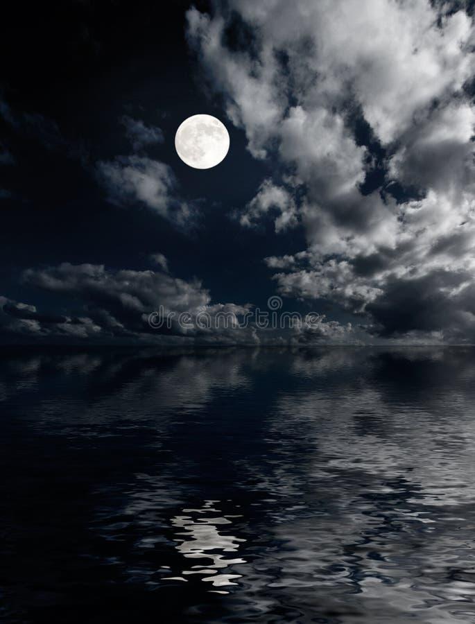 ovanför oklarheter moon natthavet royaltyfria foton
