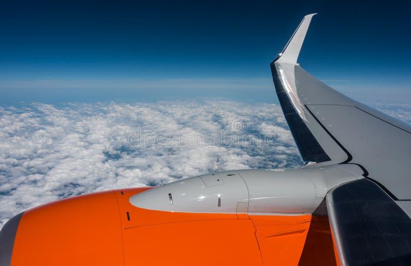 ovanför oklarheter Semestra flyget, beskåda ut flygplanfönstret arkivfoto