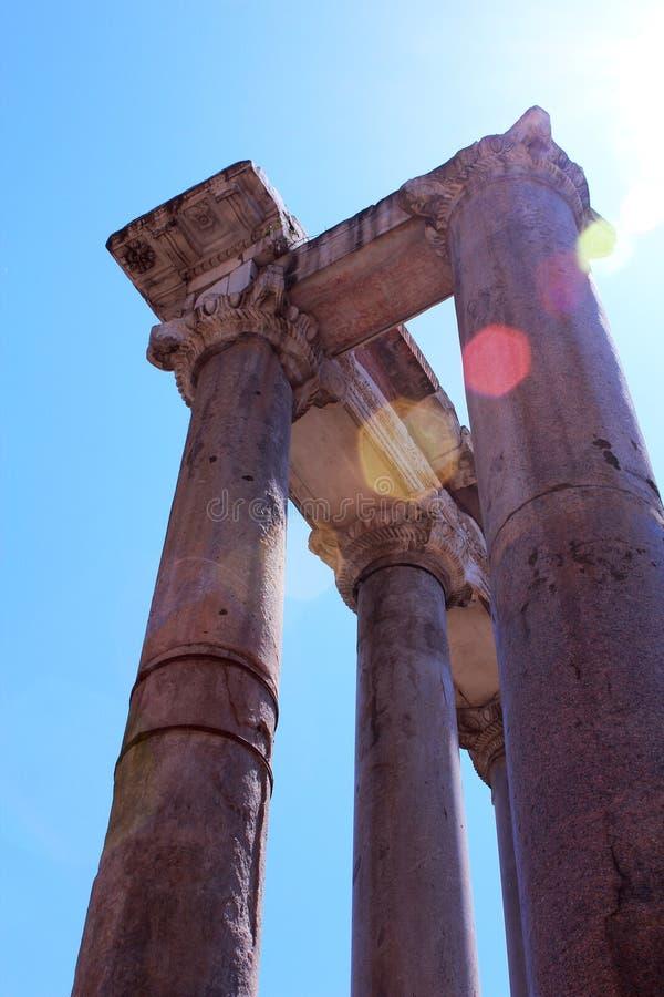 ovanför rome s saturn det skinande suntempelet arkivbilder