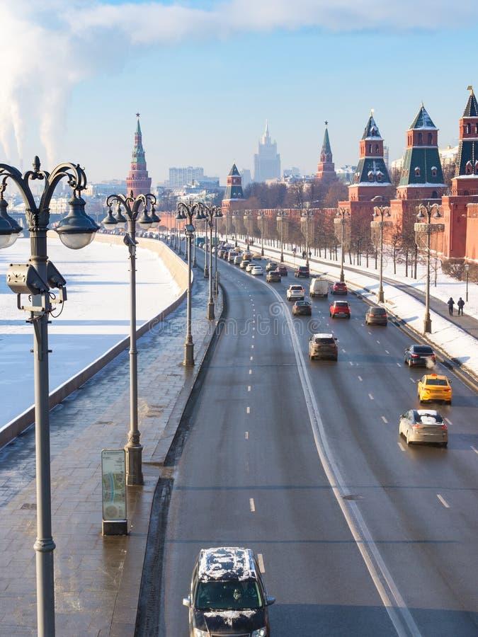 Ovanför sikt av bilar på Kremlinvallning i Moskva royaltyfri bild
