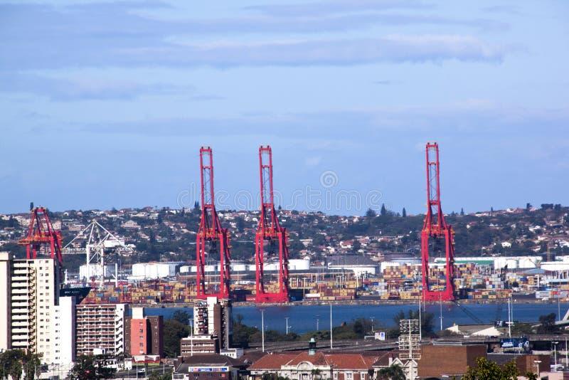 Ovanför sikt av den Durban stadshorisont och hamnen royaltyfria bilder
