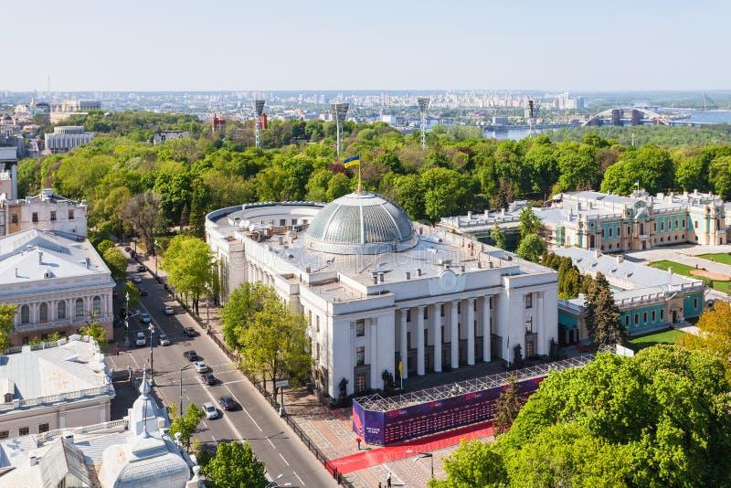 Ovanför sikt av den Kiev staden med Rada i vår royaltyfria foton