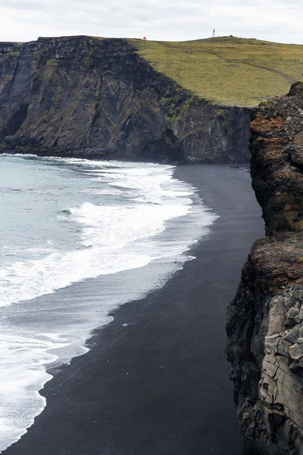 ovanför sikt av den Kirkjufjara svartstranden i Island royaltyfri fotografi