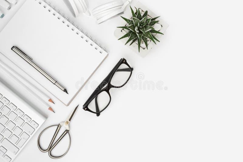 Ovanför sikt av kontorstillförsel med kopieringsutrymme på vit royaltyfri fotografi
