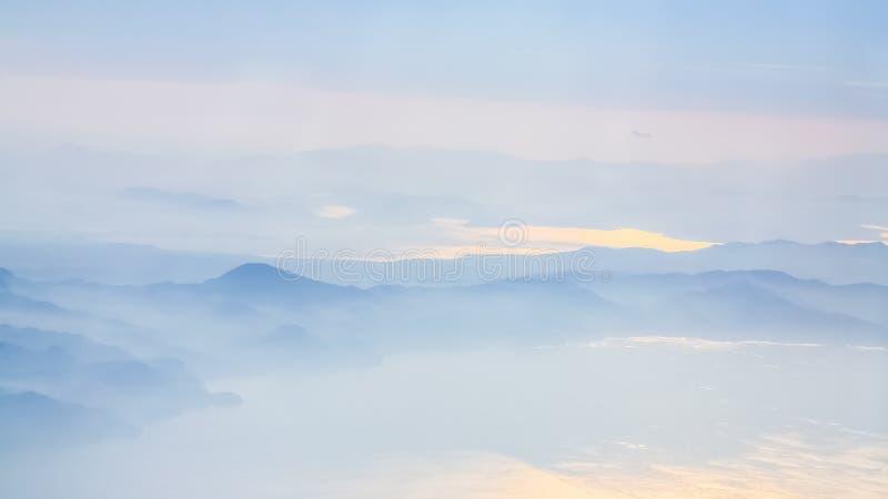 ovanför sikt av kustlinjen av det Aegean havet i soluppgång arkivbild