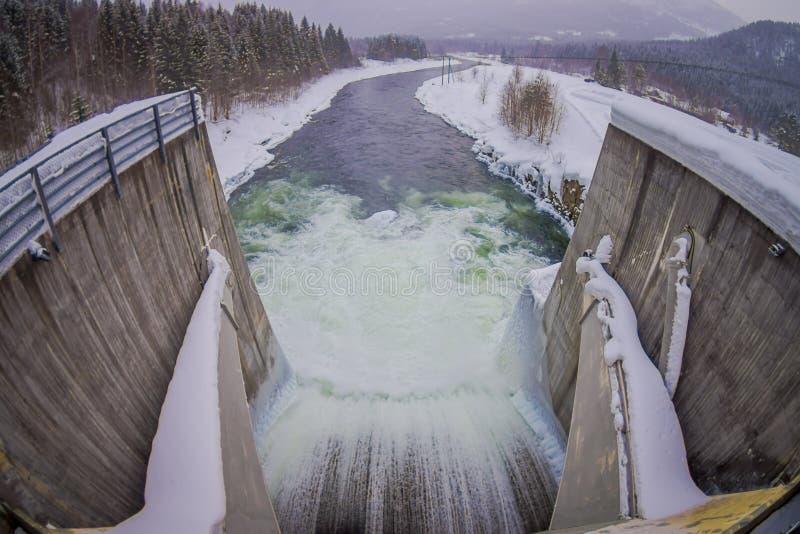 Ovanför sikt av vattenbehållaren med den lilla fördämningen Liten hög av snö och is nedanför den konkreta fördämningen Läge Harda royaltyfri foto