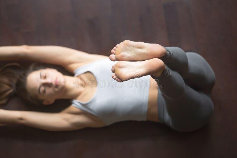 ovanför sikt Den uppåtriktade fördjupade foten yoga poserar royaltyfri fotografi