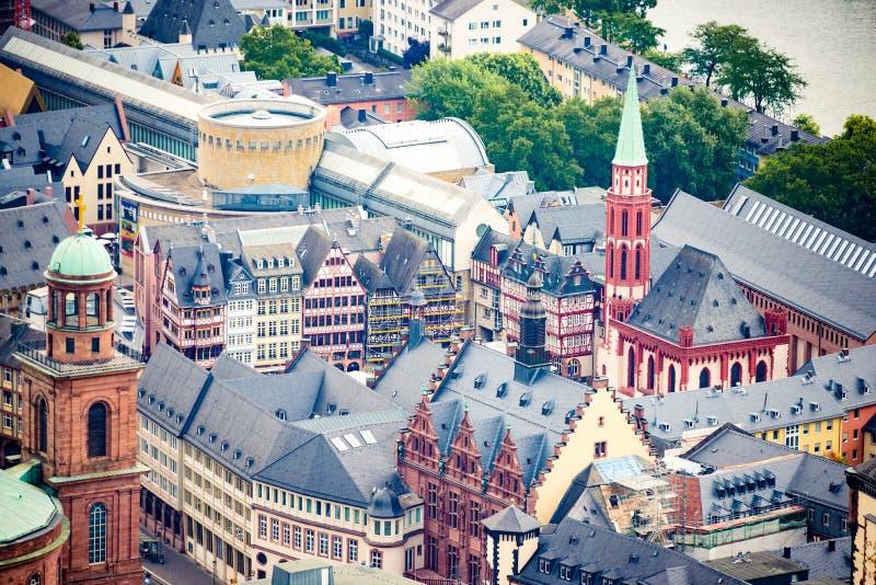 Ovanför sikt på Frankfurt det gamla stadcentret - Romerberg fyrkant och kyrka för St Nikolaus arkivbild