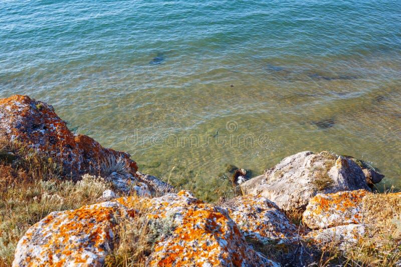 ovanf?r havssikt Stora mossiga stenar royaltyfria bilder