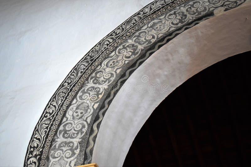 Ovanlig båge som dekoreras av skallen i den San Antonio kyrkan i Frigiliana - spansk vit by Andalusia arkivfoto