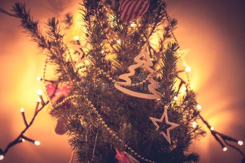 Ovanlig dekorerad julgran i orange färger arkivbild