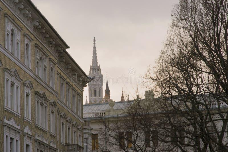 Ovanlig sikt av tornspiran av Matthias Catholic Church i Budapest fotografering för bildbyråer