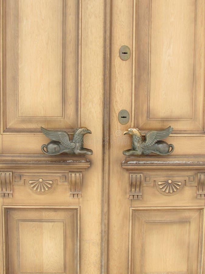 Ovanliga dörrhandtag på trädörrar royaltyfri foto
