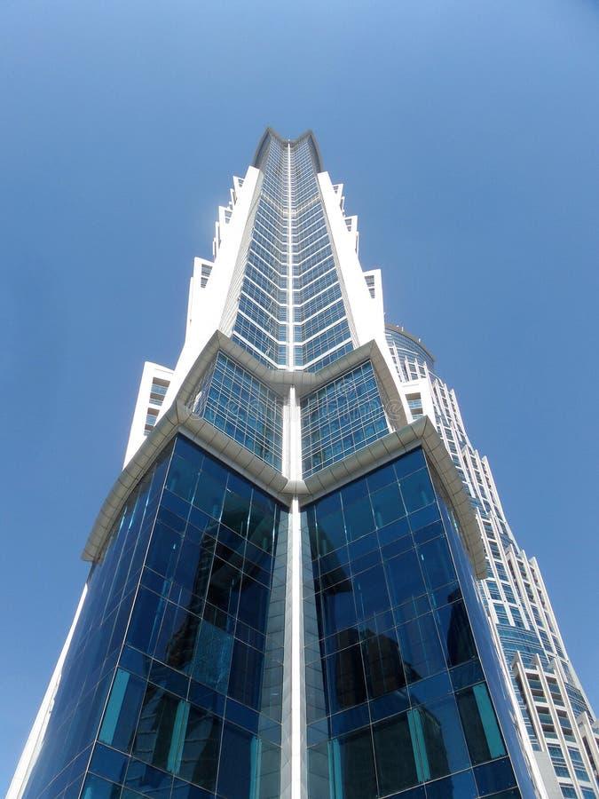 Ovanliga lösningar för designen av de moderna byggnaderna royaltyfri bild