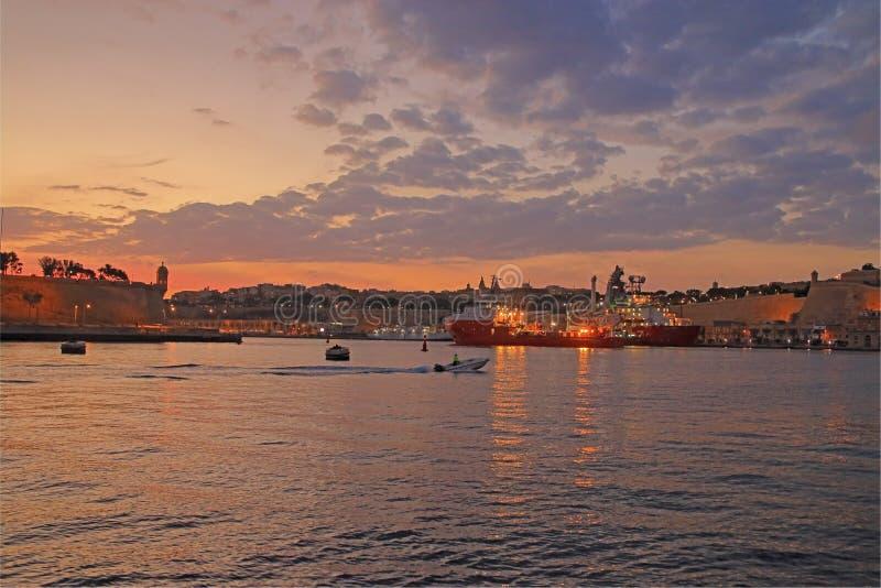 Ovanligt härlig solnedgång över hamnen av ön av Malta royaltyfri bild