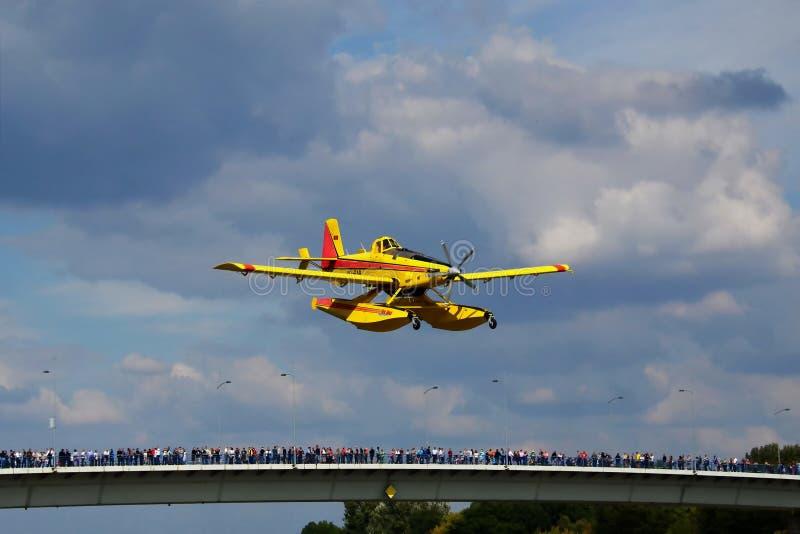 Ovannämnd bro för plant flyg över flodDonauen i en utställning på airshow royaltyfri bild