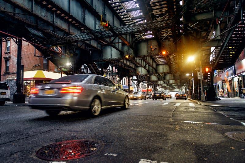 Ovannämnd jordgångtunnellinje och New York City gata i Brooklyn med bilar royaltyfri fotografi