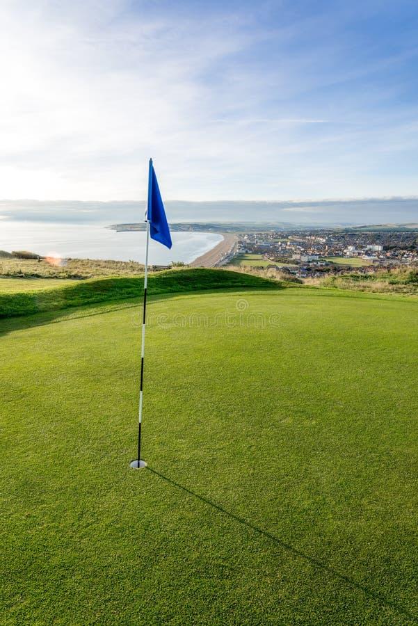 Ovannämnd strand för golfbana med sjösidasikt fotografering för bildbyråer