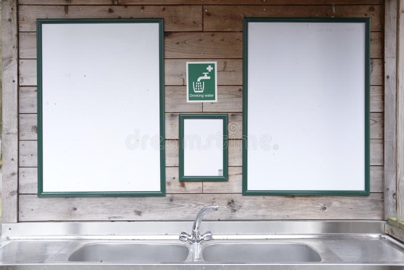 Ovannämnd vask för dricksvattentecken i vildmarkbygd för liv för fotgängareturistläger arkivfoton