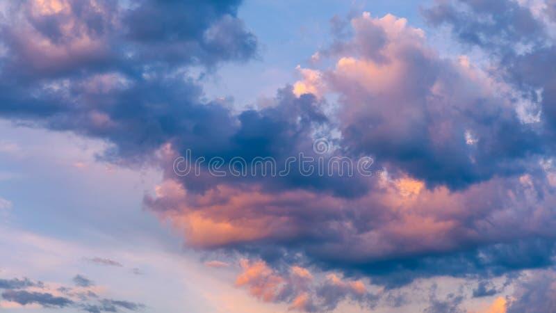 Ovann?mnda moln f?r h?rlig solnedg?nghimmel med dramatiskt ljus Solnedg?nghimmel f?r bakgrund, soluppg?nghimmel och moln Ljus ora arkivfoto