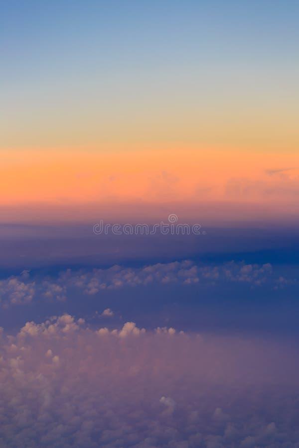 Ovann?mnda moln f?r h?rlig solnedg?nghimmel med dramatiskt ljus arkivfoton
